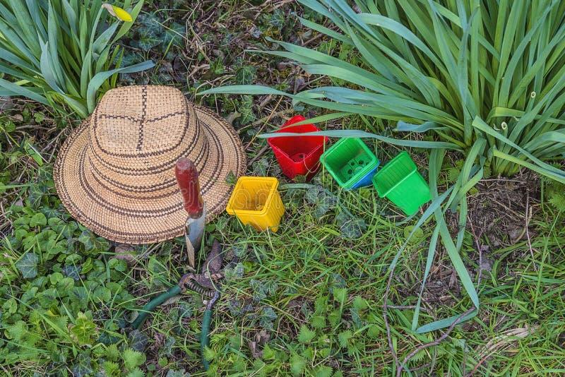 Έννοια κηπουρικής άνοιξη Εκλεκτής ποιότητας καπέλο αχύρου, φτυάρι, ψαλίδες περικοπής, εγκαταστάσεις, δοχεία λουλουδιών στη τοπ άπ στοκ εικόνες με δικαίωμα ελεύθερης χρήσης