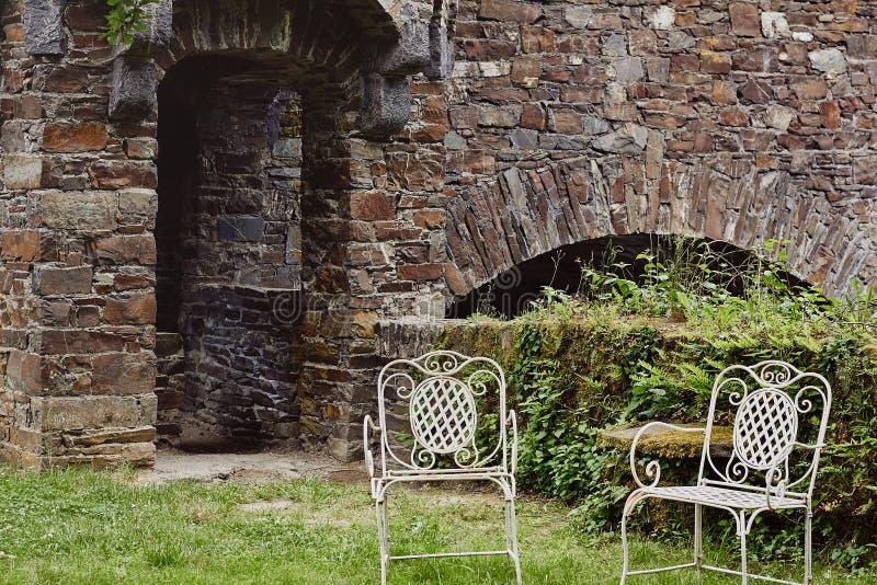 Εκλεκτής ποιότητας καρέκλες υπαίθριες στο προαύλιο του μεσαιωνικού κάστρου στοκ φωτογραφία με δικαίωμα ελεύθερης χρήσης