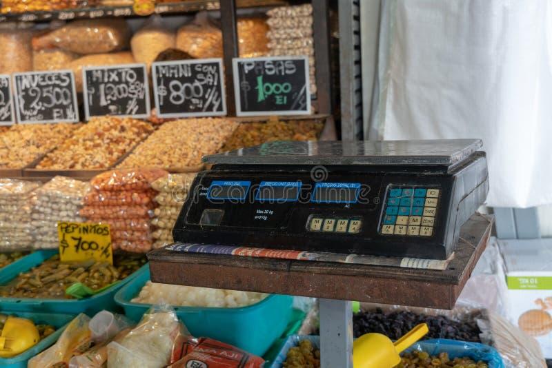 Εκλεκτής ποιότητας κλίμακα και τρόφιμα στο υπόβαθρο στοκ εικόνες