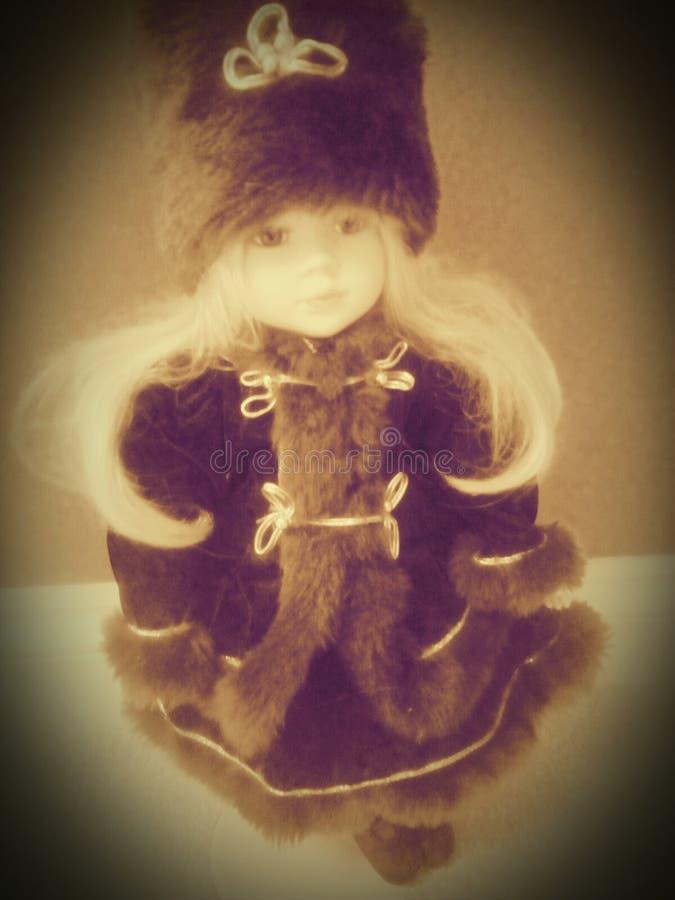 Εκλεκτής ποιότητας κούκλα στο χειμερινό παλτό στοκ φωτογραφία