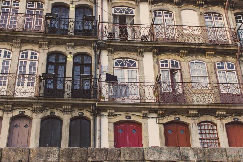 Εκλεκτής ποιότητας κτήρια στο Πόρτο, Πορτογαλία Χαρακτηριστικά πορτογαλικά σπίτια Ορόσημο του Πόρτο Εξωτερικό των παλαιών κτηρίων στοκ εικόνα