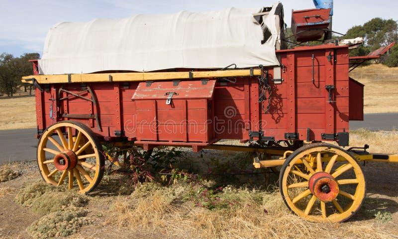 Εκλεκτής ποιότητας κόκκινο ξύλινο καλυμμένο βαγόνι εμπορευμάτων στοκ φωτογραφίες