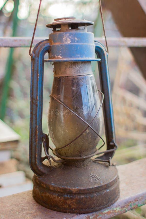 Εκλεκτής ποιότητας λαμπτήρας κηροζίνης σε μια κινηματογράφηση σε πρώτο πλάνο σκαλών σιδήρου στοκ φωτογραφία με δικαίωμα ελεύθερης χρήσης