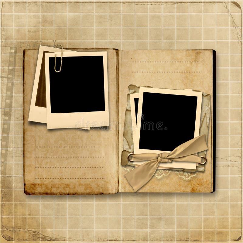 Εκλεκτής ποιότητας λεύκωμα φωτογραφιών με τη στοίβα του polaroid απεικόνιση αποθεμάτων