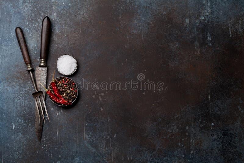 Εκλεκτής ποιότητας μαχαίρι, δίκρανο και καρυκεύματα κρέατος στοκ εικόνα με δικαίωμα ελεύθερης χρήσης