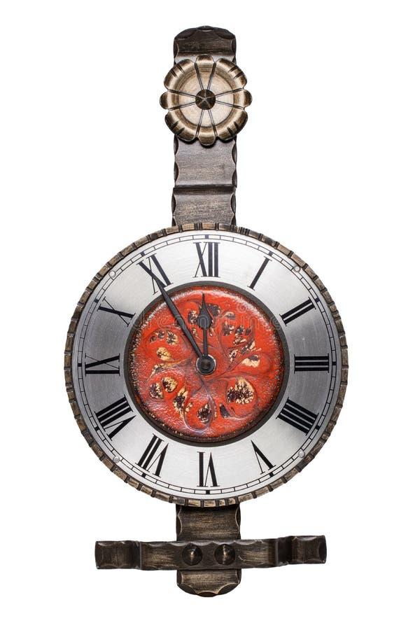 Ρολόι τοίχων που απομονώνεται Εκλεκτής ποιότητας μεταλλικό ζωηρόχρωμο ρολόι τοίχων που απομονώνεται σε ένα άσπρο υπόβαθρο Το ρολό στοκ εικόνα