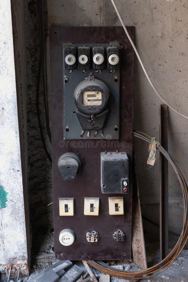 Εκλεκτής ποιότητας μετρητής οικιακής ηλεκτρικός ενέργειας με τις ηλεκτρικές θρυαλλίδες στοκ φωτογραφίες με δικαίωμα ελεύθερης χρήσης
