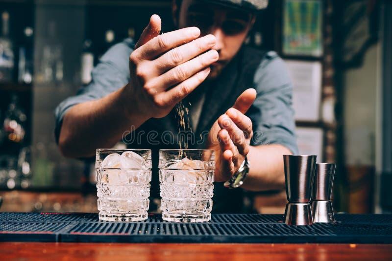 εκλεκτής ποιότητας μπάρμαν που κατασκευάζει τα κοκτέιλ και που εργάζεται στο μπαρ ή το φραγμό στοκ εικόνες με δικαίωμα ελεύθερης χρήσης