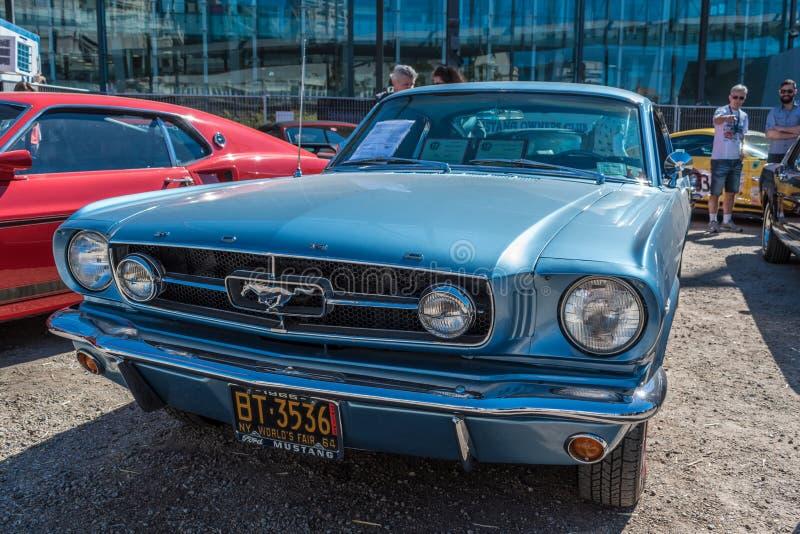Εκλεκτής ποιότητας μπλε αυτοκίνητο μάστανγκ της Ford σε Motorclassica στοκ εικόνα