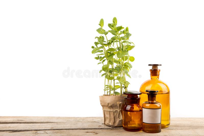 Εκλεκτής ποιότητας μπουκάλια φαρμακείων και ιατρικό χορτάρι που απομονώνονται στο λευκό στοκ εικόνες
