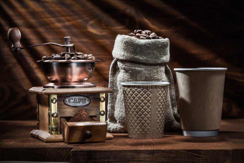 Εκλεκτής ποιότητας ξύλινα φλυτζάνια σάκων και εγγράφου μύλων coffe στοκ φωτογραφία