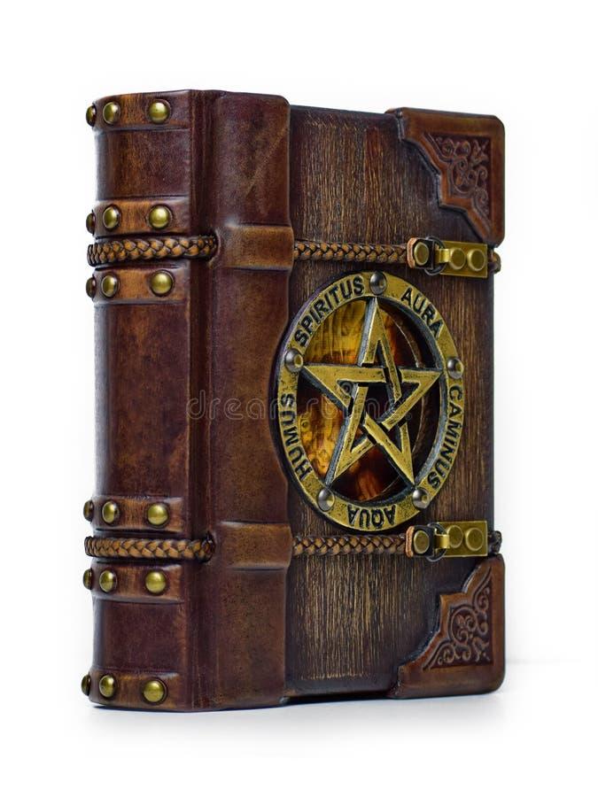 Εκλεκτής ποιότητας ξύλινη - βιβλίο Grimoire δέρματος - μπροστινή άποψη από το αριστερό στοκ εικόνα με δικαίωμα ελεύθερης χρήσης