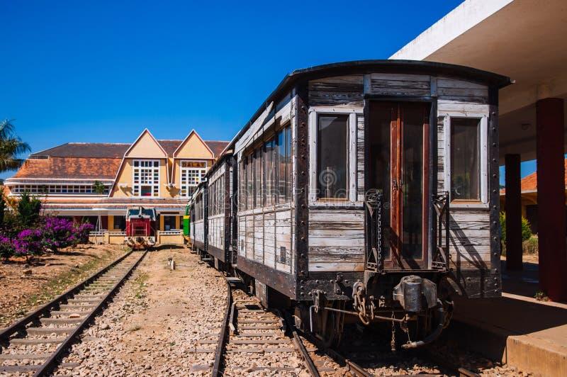 Εκλεκτής ποιότητας ξύλινο τραίνο στην παλαιά πλατφόρμα σταθμών τρένο στοκ εικόνες