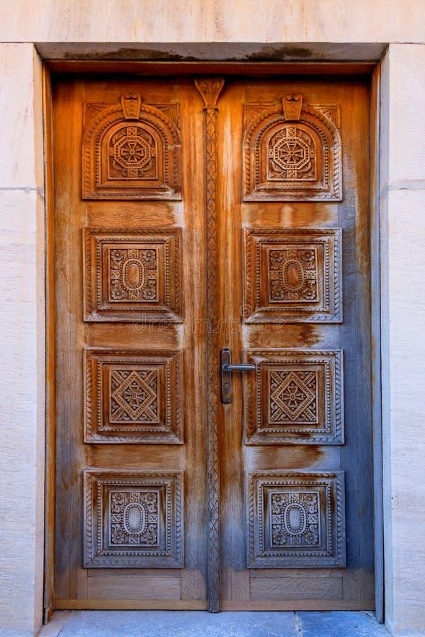 Εκλεκτής ποιότητας ξύλινο υπόβαθρο με τη χάραξη Τεμάχιο χαρασμένος πόρτα στην εκκλησία, Ελλάδα στοκ φωτογραφία με δικαίωμα ελεύθερης χρήσης