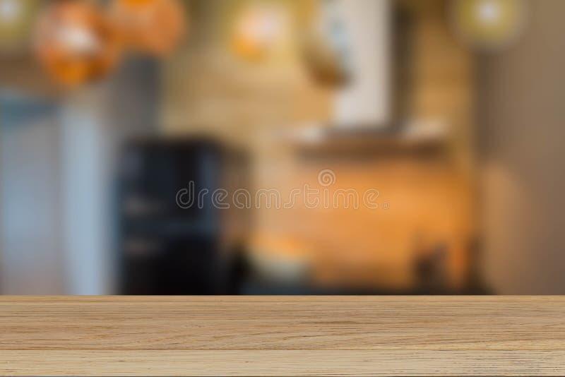 Εκλεκτής ποιότητας ξύλινο tabletop στο θολωμένο υπόβαθρο κουζινών στοκ εικόνες με δικαίωμα ελεύθερης χρήσης
