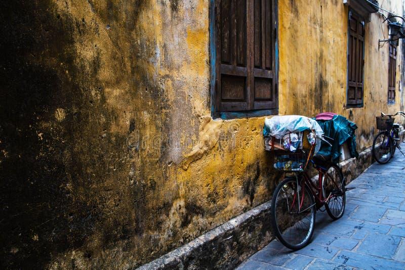 Εκλεκτής ποιότητας ποδήλατο από έναν κίτρινο αρχαίο τοίχο ενός παλαιού κτηρίου στην αρχαία πόλη Hoi, Βιετνάμ Οριζόντια, άποψη τοπ στοκ φωτογραφία με δικαίωμα ελεύθερης χρήσης