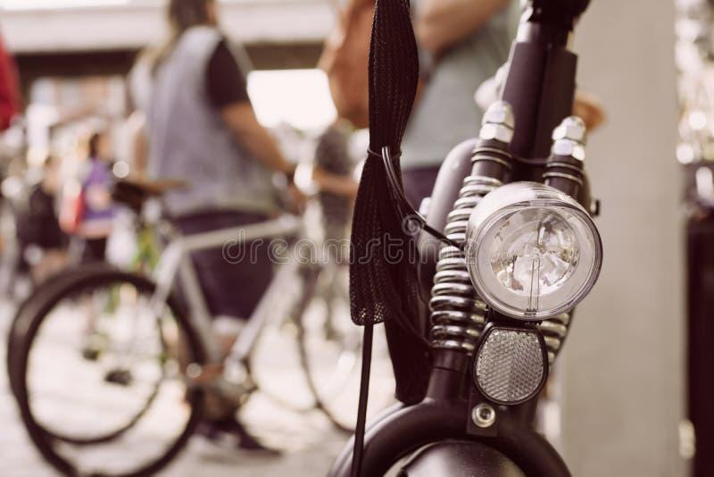 Εκλεκτής ποιότητας ποδήλατο, λεπτομέρεια του μπροστινού φωτός, στην κλασική ανακύκλωση γ στοκ φωτογραφία
