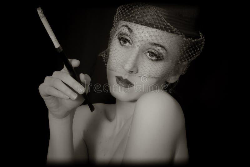 Εκλεκτής ποιότητας πορτρέτο της όμορφης νέας γυναίκας στο vei στοκ εικόνες