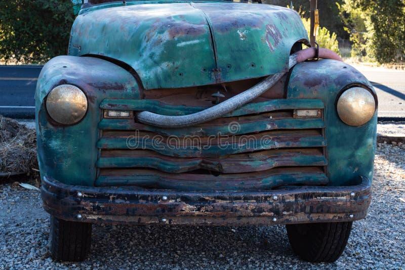 Εκλεκτής ποιότητας πραγματικά παλαιό μπλε, πράσινο τυρκουάζ φορτηγό από ο δρόμος που σταθμεύει στοκ φωτογραφία
