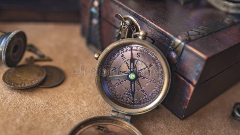 Εκλεκτής ποιότητας πυξίδα με το κιβώτιο θησαυρών στοκ φωτογραφίες