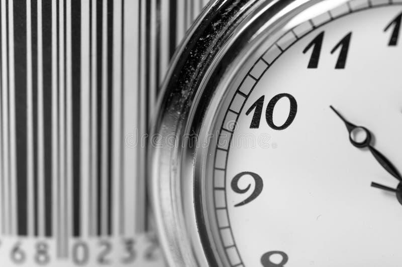Εκλεκτής ποιότητας ρολόι τσεπών στην εστίαση, γραμμωτός κώδικας στο υπόβαθρο, εννοιολογικός χρόνος για την εικόνα αγορών στοκ φωτογραφία με δικαίωμα ελεύθερης χρήσης