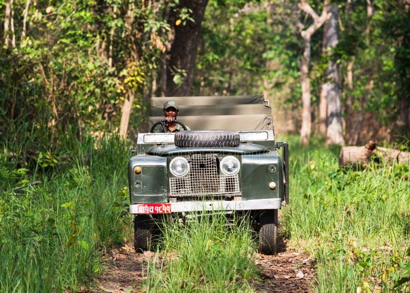 Εκλεκτής ποιότητας σειρά ΙΙ του Land Rover στη ζούγκλα Chitwan, Νεπάλ στοκ φωτογραφίες με δικαίωμα ελεύθερης χρήσης