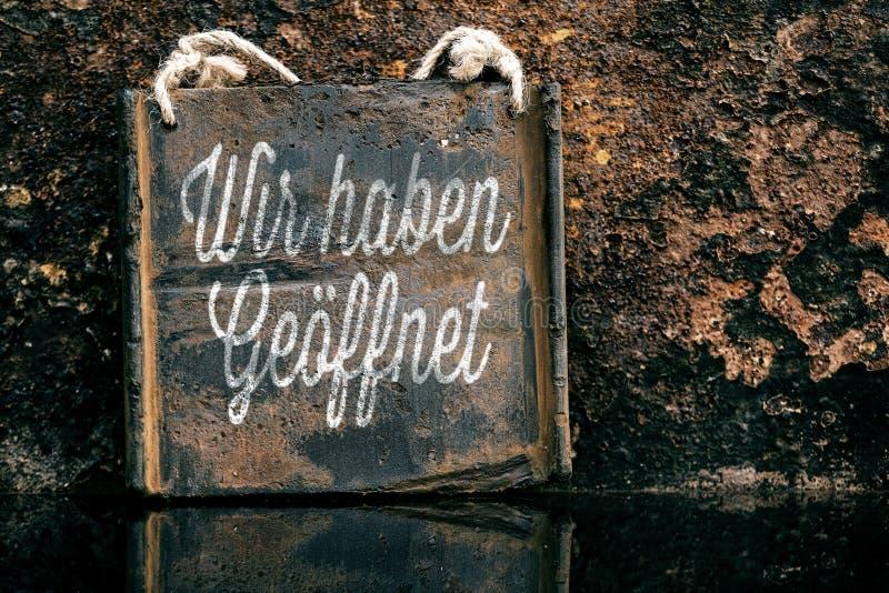 Εκλεκτής ποιότητας σημάδι με το γερμανικό κείμενο, σκουριασμένο υπόβαθρο στοκ φωτογραφίες