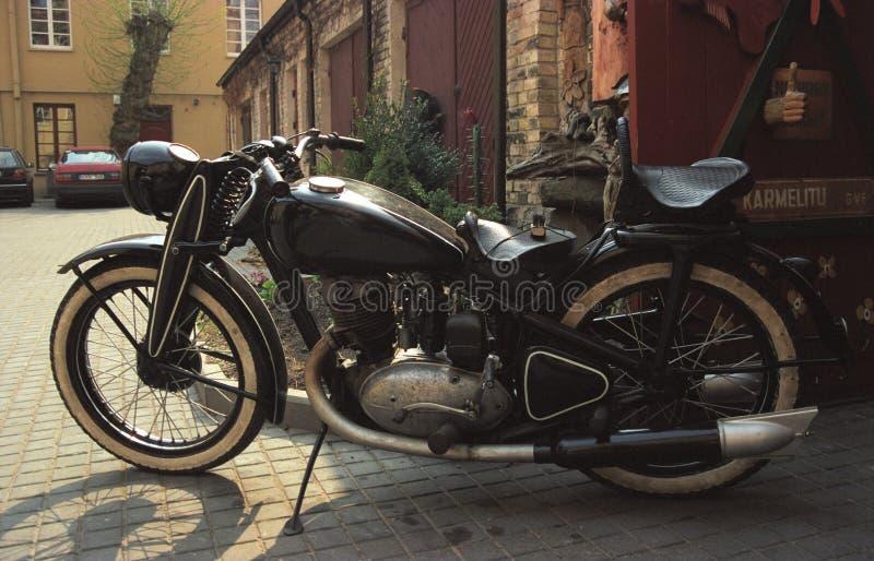 Εκλεκτής ποιότητας σοβιετική μοτοσικλέτα που σταθμεύουν στοκ φωτογραφία