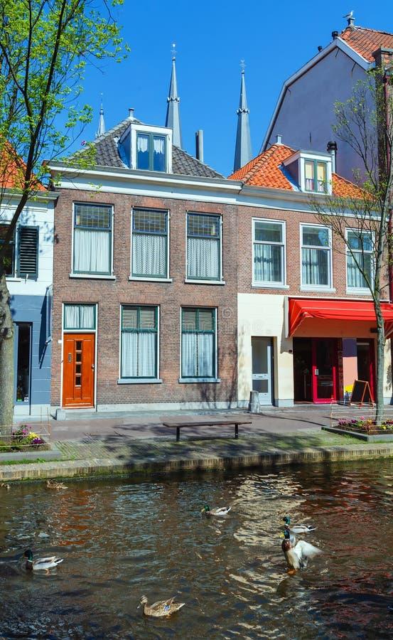 Εκλεκτής ποιότητας σπίτια στα κανάλια, Ντελφτ στοκ φωτογραφίες