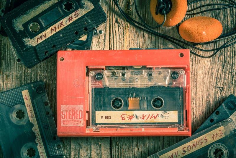 Εκλεκτής ποιότητας ταινία κασετών με τα ακουστικά και το κόκκινο γουόκμαν στοκ φωτογραφία με δικαίωμα ελεύθερης χρήσης