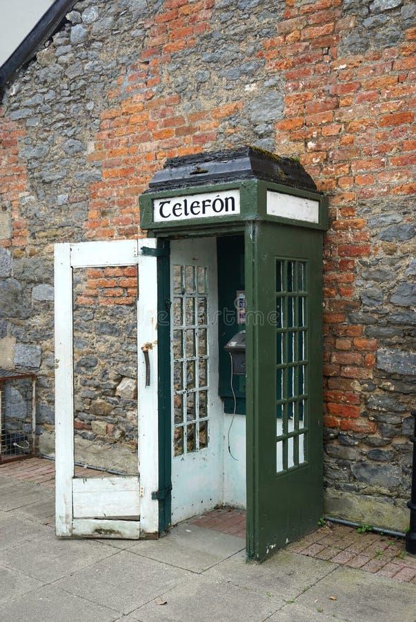 Εκλεκτής ποιότητας τηλεφωνικός θάλαμος σε μια οδό στην αγροτική Ιρλανδία στοκ φωτογραφία με δικαίωμα ελεύθερης χρήσης