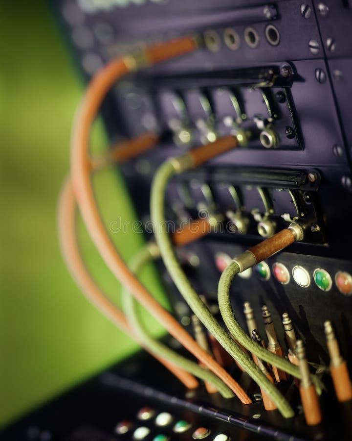 Εκλεκτής ποιότητας τηλεφωνικό τηλεφωνικό κέντρο με τα καλώδια και τα βουλώματα r στοκ φωτογραφίες