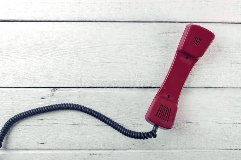 Εκλεκτής ποιότητας τηλεφωνικό μικροτηλέφωνο στο άσπρο ξύλινο υπόβαθρο Τοπ όψη στοκ εικόνες