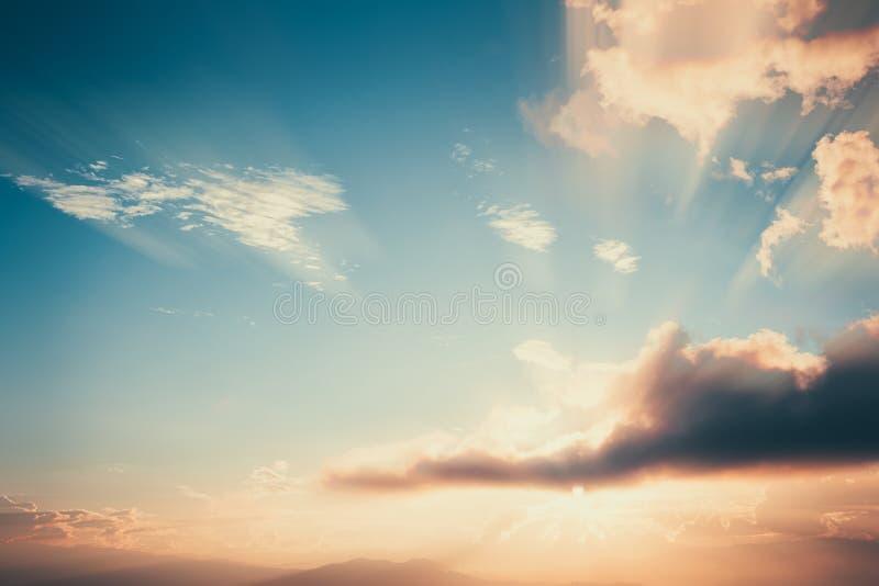 Εκλεκτής ποιότητας τοπίο στο ηλιοβασίλεμα με το σύννεφο στοκ εικόνες με δικαίωμα ελεύθερης χρήσης