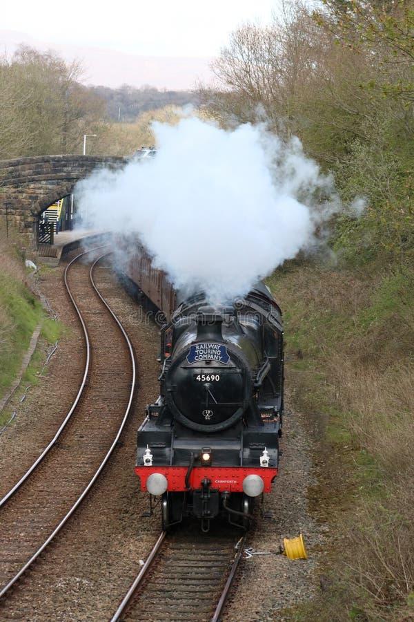 Εκλεκτής ποιότητας τραίνο 45690 ατμού Leander σε Wennington στοκ εικόνες