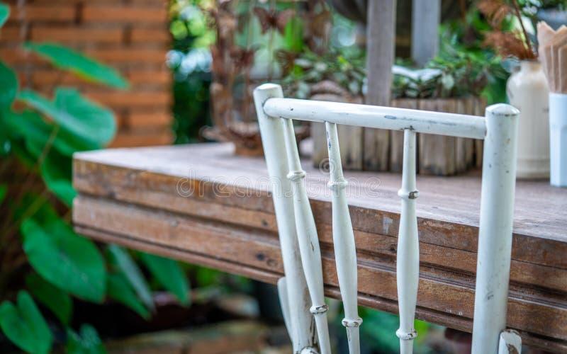 Εκλεκτής ποιότητας υπαίθρια άσπρη ξύλινη φωτογραφία εδρών στοκ εικόνες