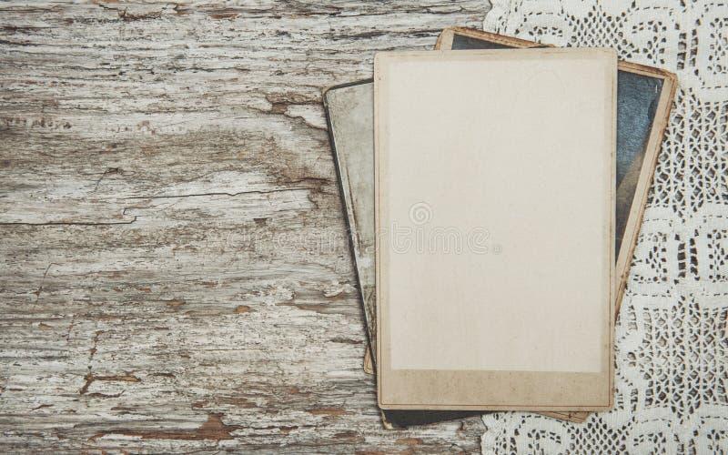 Εκλεκτής ποιότητας υπόβαθρο με τις παλαιές φωτογραφίες στο ξύλο με τη δαντέλλα στοκ εικόνα με δικαίωμα ελεύθερης χρήσης