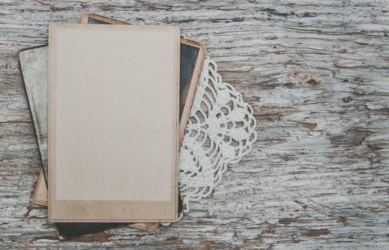 Εκλεκτής ποιότητας υπόβαθρο με τις παλαιές φωτογραφίες στο ξύλο με τη δαντέλλα στοκ φωτογραφίες