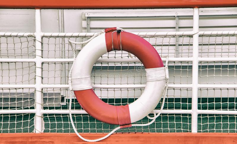 Εκλεκτής ποιότητας υπόβαθρο με τον κύκλο διάσωσης στη βάρκα Το Lifebuoy τοποθετείται σε ένα σκάφος στοκ εικόνα με δικαίωμα ελεύθερης χρήσης