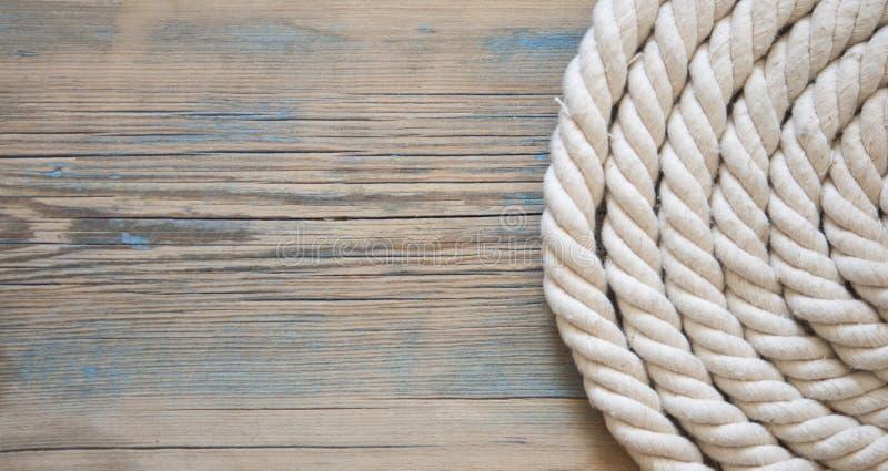 Εκλεκτής ποιότητας υπόβαθρο με το παλαιό σχοινί στις ξύλινες σανίδες στοκ φωτογραφία με δικαίωμα ελεύθερης χρήσης