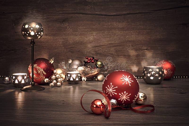 Εκλεκτής ποιότητας υπόβαθρο Χριστουγέννων με τα κεριά και τα μπιχλιμπίδια Χριστουγέννων στοκ εικόνες