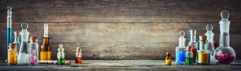 Εκλεκτής ποιότητας φάρμακα στα μικρά μπουκάλια στο ξύλινο γραφείο Παλαιός ιατρικός στοκ εικόνα με δικαίωμα ελεύθερης χρήσης