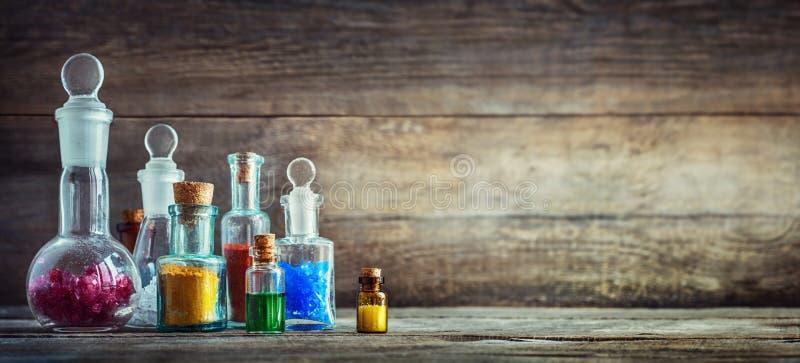 Εκλεκτής ποιότητας φάρμακα στα μικρά μπουκάλια στο ξύλινο γραφείο Παλαιός ιατρικός στοκ εικόνες
