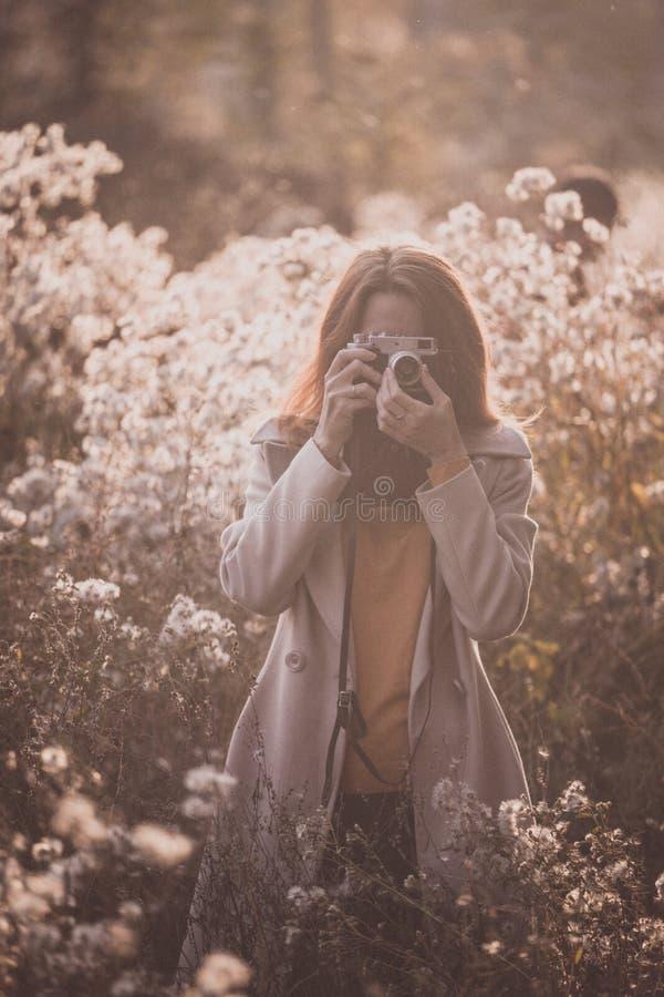 Εκλεκτής ποιότητας φθινόπωρο και κορίτσι στοκ εικόνα με δικαίωμα ελεύθερης χρήσης