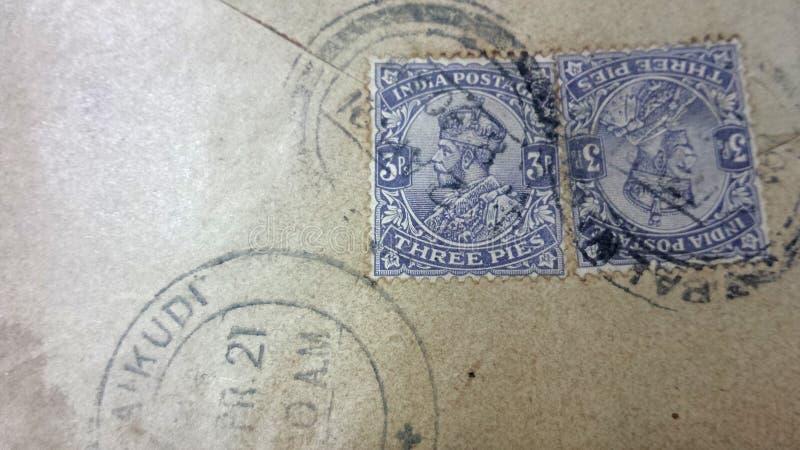 Εκλεκτής ποιότητας φιλοτελισμός τρία γραμματόσημα του George βασιλιάδων ταχυδρομικών τελών της Ινδίας πιτών στον ηλικίας φάκελο στοκ φωτογραφίες