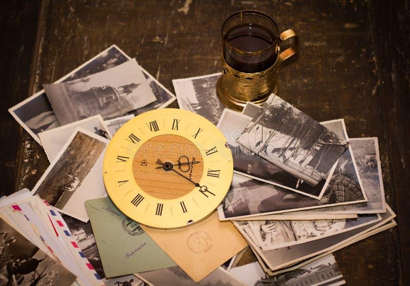 Εκλεκτής ποιότητας φωτογραφίες, επιστολές και ρολόγια Φωτογραφίες του οικογενειακού αρχείου, διαφορετικές στοκ φωτογραφία