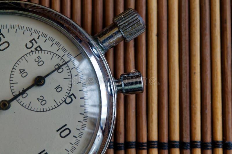 Εκλεκτής ποιότητας χρονόμετρο με διακόπτη αντικών, αναδρομικό στο ξύλινο υπόβαθρο, αξίας μέτρου χρονικών παλαιό ρολογιών αρχείο χ στοκ φωτογραφία με δικαίωμα ελεύθερης χρήσης