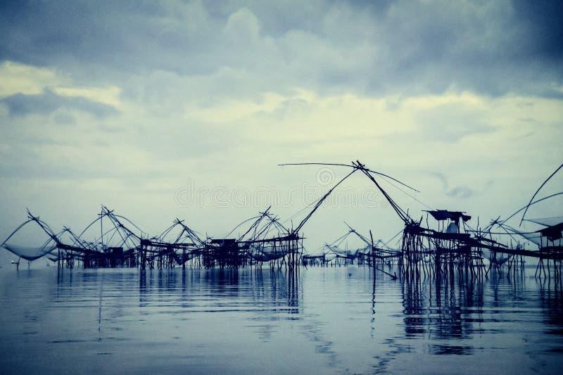 Εκλεκτής ποιότητας ύφους παλαιός δροσερός μπλε τόνος εργαλείων αλιείας φωτογραφιών τοπικός, Ταϊλάνδη στοκ φωτογραφίες