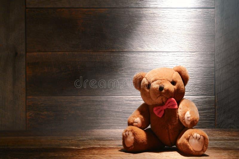 Εκλεκτής ποιότητας Teddy αντέχει το παιχνίδι στο σκονισμένο παλαιό σπίτι αττικό στοκ φωτογραφίες