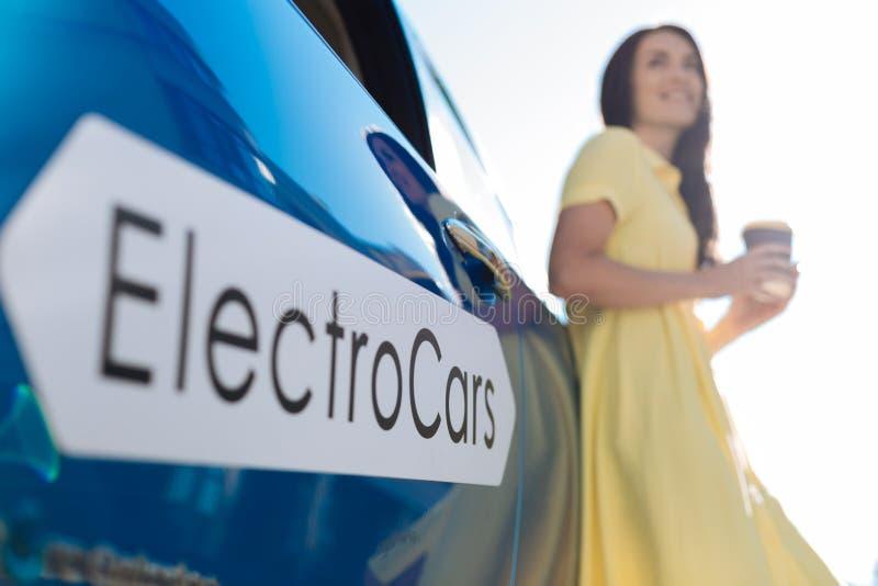 Εκλεκτική εστίαση ενός σύγχρονου ηλεκτρο αυτοκινήτου στοκ εικόνα